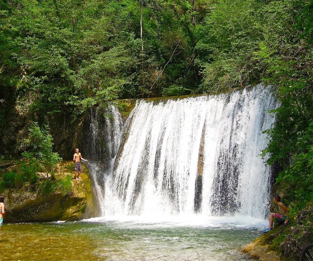Plusieurs sites de baignades naturelles dans les environs, ainsi que deux belles piscines.